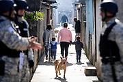 20180623/ Javier Calvelo - adhocFOTOS/ URUGUAY/ MONTEVIDEO/ Calle Aparicio Saravia - Los Palomares / Ministerio del Interior y Mides realizan un &ldquo;relevamiento de hogares y viviendas&rdquo; en el complejo de la Unidad Misiones, conocido como Los Palomares de Casavalle. <br /> En la foto:  Durante el censo de hogares y viviendas en el complejo de la Unidad Misiones, conocido como Los Palomares de Casavalle, Montevideo. Foto: Javier Calvelo/ adhocFOTOS
