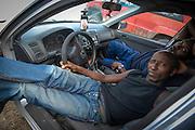 Moment de détente. 2 travailleurs écoutent la radio dans leur voiture.