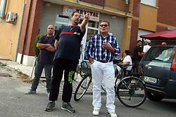 SINDACO CON UOMO CHE HA CHIAMATO I SOCCORSI<br /> ANZIANO MORTO DI MALORE SAN CARLO