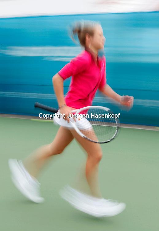 BTV Tennis Internat in der TennisBase in Oberhaching/Muenchen,.Nachwuchsspieler,Junioren,Talente,junge Spielerin laeuft ueber den Platz zum Training,Bewegungsunschaerfe,Dynamik,Hartplatz,Sprint,