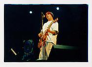 Proteste contro il summit del G8, Genova luglio 2001. 18 luglio, sera. Alla vigilia delle manifestazioni contro il vertice del G8, viene organizzato un grande concerto in Piazzale Kennedy. Tra gli altri, si esibisce il musicista Manu Chao.