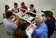 Nederland, Nijmegen, 8-7-2005..Een groep studenten doet een masterclass pathologische anatomie bij de Radboud universiteit, UMCN Radboud. Studie medicijnen, onderwijs, praktijk, prakticum, onderzoek, medische wetenschap, microscoop. faculteit medicijnen...Foto: Flip Franssen/Hollandse Hoogte