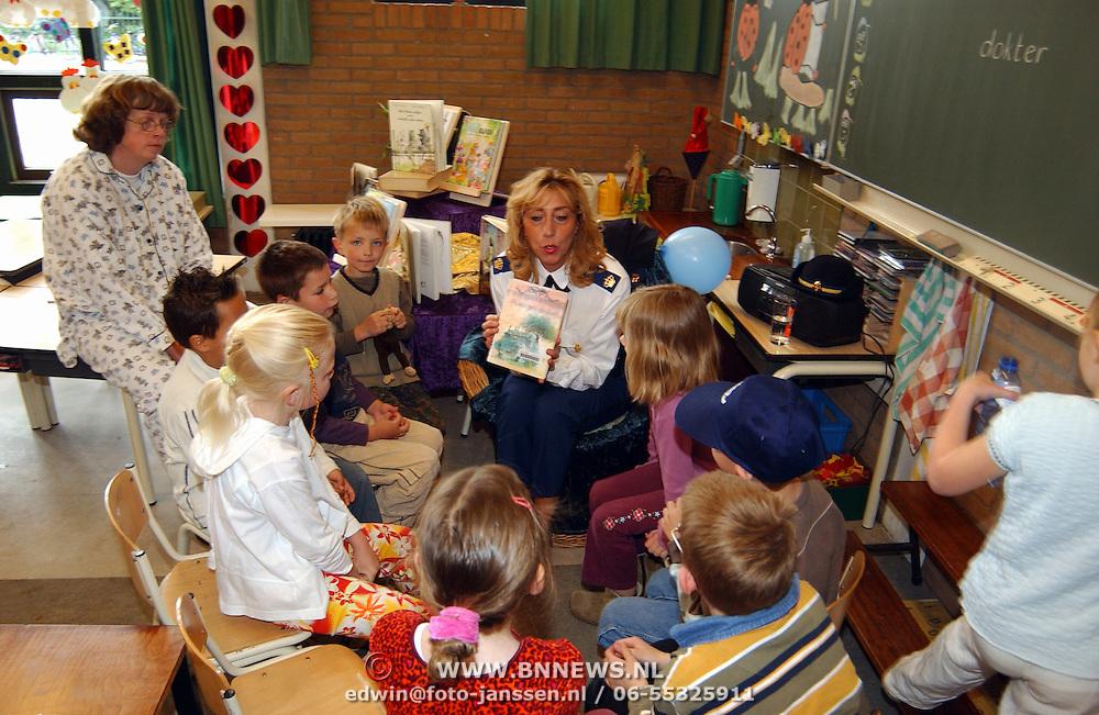 Nationale voorleesdag, Ria Post leest voor op de Dacostaschool in Huizen