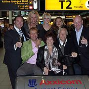 NLD/Schiphol/20081001 -  Perspresentatie Boeing Boeing, cast snijd de taart aan, Caroline Frerichs, Irene Kuiper, Dominique van Vliet, Jon van Eerd, Lone van Roosendaal, Wilbert Gieske, Camilla Siegertsz en Erwin van Lambaart
