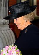 AMSTERDAM - Prinses Beatrix bij van het jubileumsymposium van de Lutherse gemeente Amsterdam. Ter gelegenheid van het 425-jarig bestaan krijgt de prinses het eerste exemplaar van de jubileumbundel overhandigd. COPYRIGHT ROBIN UTRECHT