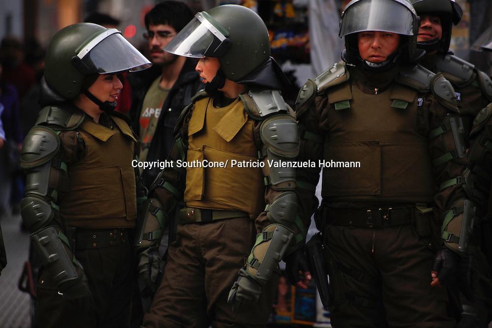Miles de estudiantes, funcionarios publicos y organizaciones de la sociedad civil se manifestaron contra la mala educacion publica y los despidos de funcionarios publicos por el gobierno de Sebastian Piñera.