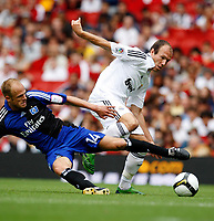 Photo: Richard Lane/Richard Lane Photography. SV Hamburg v Real Madrid. Emirates Cup. 02/08/2008. Real's Arjen Robben is challenged by Hamburg' David Jarolim.
