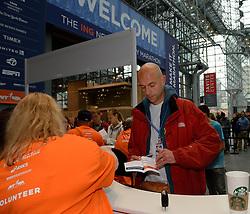 01-01-2013 ALGEMEEN: BVDGF NY MARATHON: NEW YORK <br /> Lange rijen in het Health and Fitness EXPO center voor het ophalen van de startnummers / Tino<br /> ©2013-WWW.FOTOHOOGENDOORN.NL