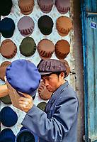 Chine, Province du Sinkiang (Xinjiang), Kashgar (Kashi), Bazar de la vieille ville, Population Ouigour, chapelier // China, Sinkiang Province (Xinjiang), Kashgar (Kashi), Old city bazar, Ouigour population, hat shop