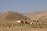 26 SEP 2004, FEYZABAD/AFGHANISTAN:<br /> Strohhuetten in der Landschaft von Nord Afganistan, in der Naehe der Stadt Feyzabad<br /> IMAGE: 20040926-01-029<br /> KEYWORDS: Faisabad, Reise, Steppe, trocken