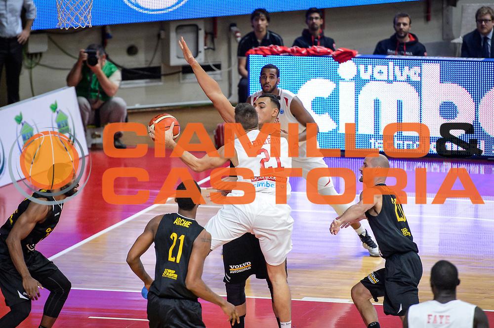 DESCRIZIONE : Varese FIBA Eurocup 2015-16 Openjobmetis Varese Telenet Ostevia Ostende<br /> GIOCATORE : Giancarlo Ferrero<br /> CATEGORIA : Palleggio Penetrazione<br /> SQUADRA : Openjobmetis Varese<br /> EVENTO : FIBA Eurocup 2015-16<br /> GARA : Openjobmetis Varese - Telenet Ostevia Ostende<br /> DATA : 28/10/2015<br /> SPORT : Pallacanestro<br /> AUTORE : Agenzia Ciamillo-Castoria/M.Ozbot<br /> Galleria : FIBA Eurocup 2015-16 <br /> Fotonotizia: Varese FIBA Eurocup 2015-16 Openjobmetis Varese - Telenet Ostevia Ostende