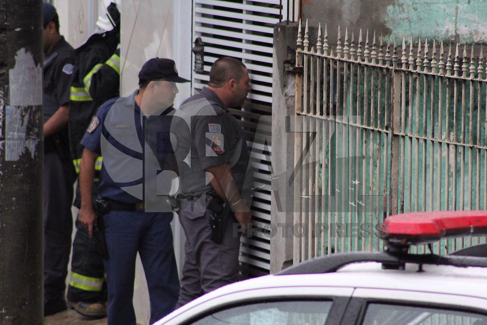 SAO PAULO, SP - 13.11.2014 - TIROTEIO ASSALTO REFENS - Um homem invadiu uma residencia e faz uma família de refem no bairro do Sacomã na zona sul de São Paulo na tarde desta quinta - feira, (13). (Foto: Renato Mendes / Brazil Photo Press)