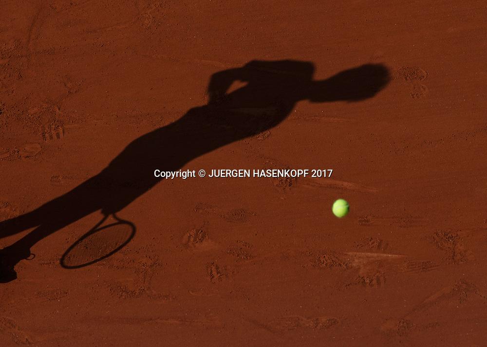 French Open 2017 Feature, Tennisspieler Schatten auf eine Sandplatz,von oben,Symbolfoto<br /> <br /> Tennis - French Open 2017 - Grand Slam / ATP / WTA / ITF -  Roland Garros - Paris -  - France  - 31 May 2017.