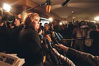 12 JAN 2001, WOERLITZ/GERMANY:<br /> Claudia Roth, MdB, B90/Gruene, gibt ein Pressestatement, Klausurtagung der Bundestagsfraktion Buendnis 90 / Die Gruenen<br /> IMAGE: 20010112-01/03-17<br /> KEYWORDS: Klausur, Grüne, Mikrofon, microphone, Journalist, Kamera, Camera