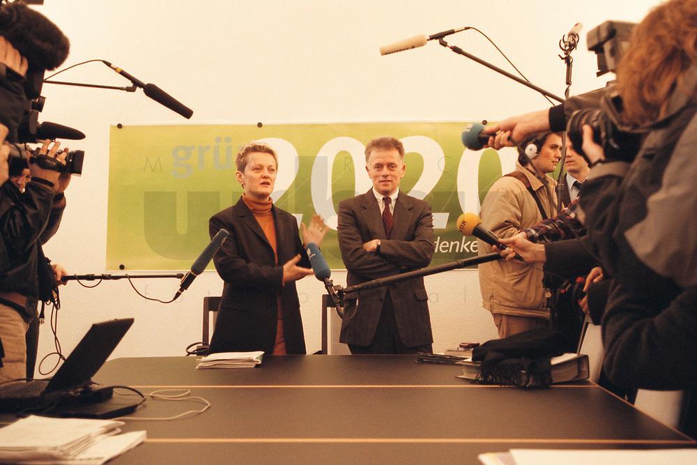 08 JAN 2001, BERLIN/GERMANY:<br /> Renate Kuenast und Fritz Kuhn, Bundesvorsitzende von Buendnis 90 / Die Gruenen, vor Beginn der Klausursitzung des Gruenen Bundesvorstandes, Bundesgeschaeftsstelle<br /> IMAGE: 20010108-01/01-03<br /> KEYWORDS: Grün, Künast