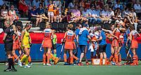 AMSTELVEEN - Nederland rust en koelt   tijdens de Pro League hockeywedstrijd dames, Nederland-Australie (3-1)   COPYRIGHT  KOEN SUYK