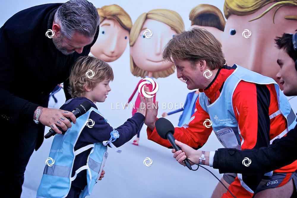 LEIDEN - De 3FM Serious Request actie is weer van start gegaan in Leiden.  Met op de foto met startnummer 1 Prins Pieter-Christiaan van Oranje-Nassau, van Vollenhoven die het groene kruis krijgt van Tijmen Vermeer. FOTO LEVIN DEN BOER - PERSFOTO.NU