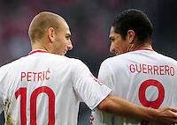 FUSSBALL  1. BUNDESLIGA   SAISON 2009/2010   4. SPIELTAG Hamburger SV - 1. FC Koeln             30.08.2009 Mladen PETRIC (li) und Paolo GUERRERO (re, beide Hamburg) freuen sich nach dem 2:0