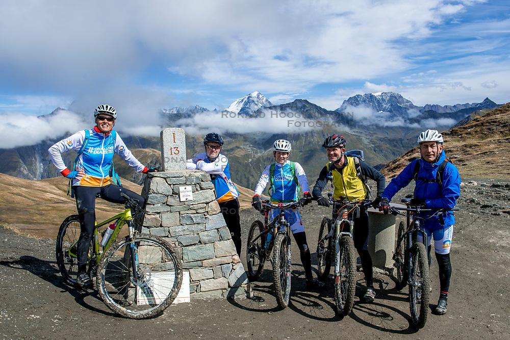 15-09-2017 ITA: BvdGF Tour du Mont Blanc day 6, Courmayeur <br /> We starten met een dalende tendens waarbij veel uitdagende paden worden verreden. Om op het dak van deze Tour te komen, de Grand Col Ferret 2537 m., staat ons een pittige klim (lopend) te wachten. Na een welverdiende afdaling bereiken we het Italiaanse bergstadje Courmayeur. Nicole, Geert, marion, John, Elias