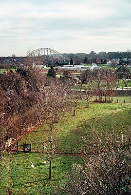Nederland, Nijmegen, Lent, 15-1-2001Het deel van Lent wat bij aanleggen van extra geul in de Waal een eiland zal worden. Gezicht op de waalbrug vanaf Lent. Dit gebied zal in de toekomst een eiland worden vanwege de aanleg van een extra watergeul in de Waal om bij extreem hoogwater meer waterafvoer in de Waal te hebben om dijkdoorbraak te voorkomen. FOTO: FLIP FRANSSEN/ HOLLANDSE HOOGTE
