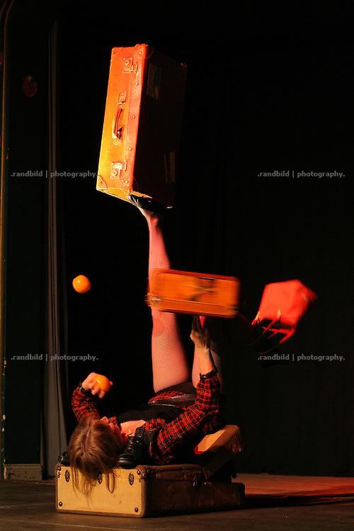 Antje Pode jongliert liegend mit Koffern auf der Lachparade 2008 im niedersächsischen Waddeweitz.