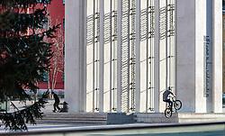THEMENBILD - Freestyle-Biker und Skater vor dem Befreiungsdenkmal am Tiroler Landhausplatz, aufgenommen am 02. Dezember 2017, Innsbruck, Österreich // Freestyle bmx biker and skater in front of the Liberation Monument at Tiroler Landhausplatz on 2017/12/02, Innsbruck, Austria. EXPA Pictures © 2017, PhotoCredit: EXPA/ Stefanie Oberhauser