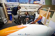 Op de TU Delft bekijkt Aniek Rooderkerken, een van de twee rijdsters van het team, de werkplaats in de Dreamhall. In september wil het Human Power Team Delft en Amsterdam, dat bestaat uit studenten van de TU Delft en de VU Amsterdam, tijdens de World Human Powered Speed Challenge in Nevada een poging doen het wereldrecord snelfietsen voor vrouwen te verbreken met de VeloX 7, een gestroomlijnde ligfiets. Het record is met 121,44 km/h sinds 2009 in handen van de Francaise Barbara Buatois. De Canadees Todd Reichert is de snelste man met 144,17 km/h sinds 2016.<br /> <br /> With the VeloX 7, a special recumbent bike, the Human Power Team Delft and Amsterdam, consisting of students of the TU Delft and the VU Amsterdam, also wants to set a new woman's world record cycling in September at the World Human Powered Speed Challenge in Nevada. The current speed record is 121,44 km/h, set in 2009 by Barbara Buatois. The fastest man is Todd Reichert with 144,17 km/h.