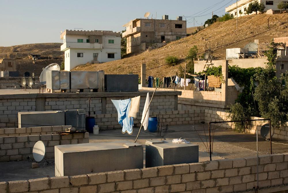 Au village voisin du Sharhabil Bin Hassneh EcoPark, les habitants n'ont pas l'eau courante mais des citernes sur le toit de leur maison qui sont remplies une fois par semaine. Jordanie, mai 2011.