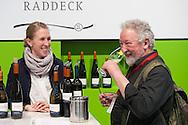 Verkostung am Weinstand des WeingutsRaddeck auf der Prowein in Düsseldorf.