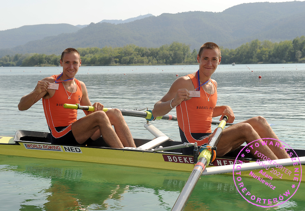 (L) TYCHO MUDA & (R) VINCENT MUDA (BOTH NETHERLANDS) WITH THEIR BRONZE MEDAL AT THE RACE MEN'S LIGHTWEIGHT PAIRS FINAL A DURING DAY 2 FISA ROWING WORLD CUP ON ESTANY LAKE IN BANYOLES, SPAIN...BANYOLES , SPAIN , MAY 30, 2009..( PHOTO BY ADAM NURKIEWICZ / MEDIASPORT )..PICTURE ALSO AVAIBLE IN RAW OR TIFF FORMAT ON SPECIAL REQUEST.