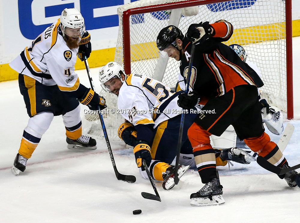 5月12日,阿纳海姆鸭队球员Corey Perry (右) 在比赛中进攻。当日,在美国加利福尼亚州的阿纳海姆举行的2016-2017赛季國家冰球聯盟(NHL)季后赛西部决赛,阿纳海姆鸭队 (Anaheim Ducks) 主场以3比2不敌纳什维尔捕食者队(Nashville Predators)。新华社发 (赵汉荣摄)