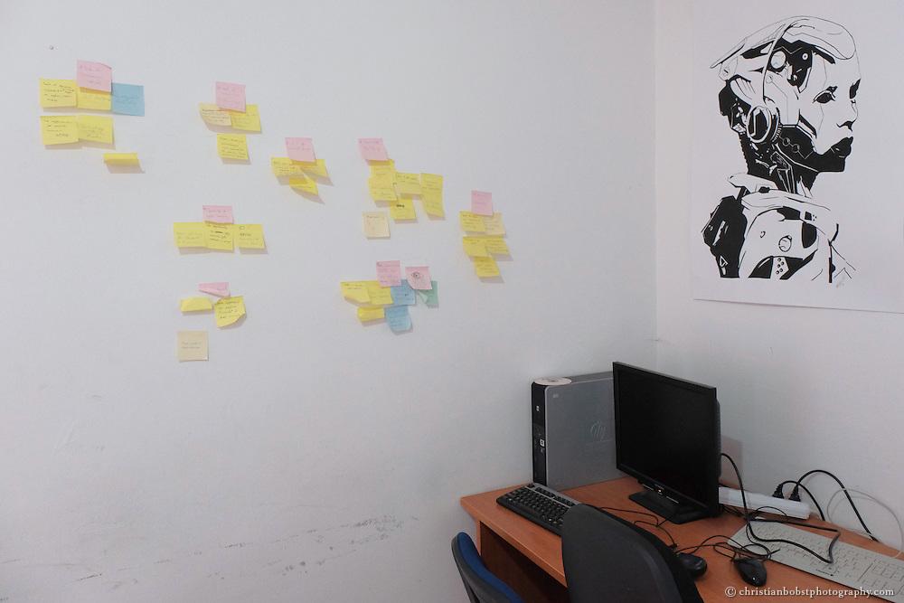 """In einer Wohnung in Pristina, die sie subversiv """"Hacker-Space"""" nennen, können computerbegeisterte Junge ihr Potential ausleben. Dank Spenden können sie bald ein ganzes Haus beziehen und dort ein kommunitär-sozialwirtschaftliches Biotop einrichten."""