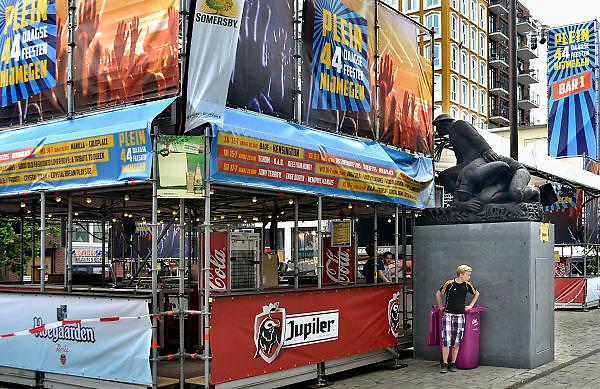 Nederland, Nijmegen, 12-7-2014Recreatie, ontspanning, cultuur, muziek en theater op het Plein 44, Plein44, waar het oorlogsmonument ter nagedachtenis aan het bombardement op de stad op een affiche uitkijkt tijdens de zomerfeesten. Een van de vele feestlocaties in de stad. De vierdaagsefeesten zijn het grootste evenement van Nederland.Foto: Flip Franssen/Hollandse Hoogte