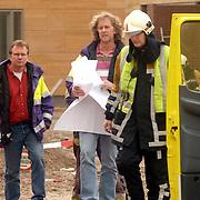 NLD/Huizen/20061106 - Hoofdgasleiding kapot gestoten bouwterrein de Hoftuinen Aristoteleslaan Huizen, overleg brandweer met gasleverancier Nuon