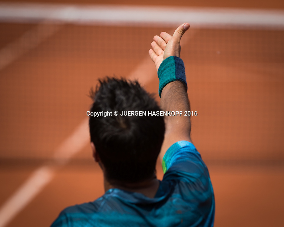Fernando Verdasco (ESP) streckt den Arm aus und reklamiert,Detail, Symbol,von hinten,<br /> <br /> Tennis - French Open 2016 - Grand Slam ITF / ATP / WTA -  Roland Garros - Paris -  - France  - 27 May 2016.