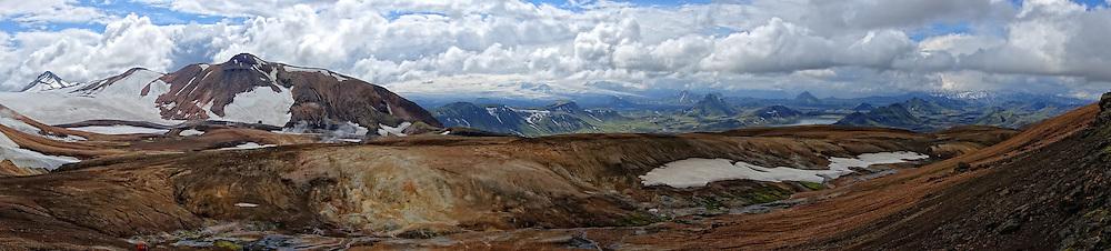 06-07-2014 NED: Iceland Diabetes Challenge dag 2, Landmannalaugar <br /> Trek van Landmannalaugar naar Hrafntinnusker. Een prachtige trekking door de hooggebergte van Landmannalaugar met veel kleuren, sneeuw, gletsjers en zwarte landschappen