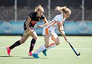 AMSTELVEEN  - Hockey -  2e wedstrijd halve finale Play Offs dames.  Amsterdam-Oranje Rood (2-1) .Laura Nunnink (Oranje-Rood)  met links Anouk Lambers (A'dam)  COPYRIGHT KOEN SUYK