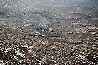Die Diskussionen &uuml;ber den Standort der World Nuclear Fuel Bank haben die kasachische Bergbaustadt Ust-Kamenogorsk (&Ouml;skemen) in den Fokus weltweiter Aufmerksamkeit ger&uuml;ckt.<br /> <br /> Kasachstan hofft, den Zuschlag f&uuml;r die Einrichtung der zentralen weltweiten Lagerst&auml;tte f&uuml;r angereichertes Uran zu bekommen, um damit in den Kreis politischer Global-Player aufzusteigen.<br /> <br /> In der Region lagern au&szlig;erdem enorme Vorkommen seltener Erden. Mit dem Abkommen zur Deutsch-Kasachischen Rohstoffpartnerschaft engagiert sich die Bundesregierung intensiv, um beim Wettlauf um die Ausbeutung der knappen Ressourcen nicht ins Hintertreffen zu geraten.<br /> <br /> Die Rechnung zahlen die B&uuml;rger von Ust-Kamenogorsk: Hohe Krebs- und niedrige Geburtenraten sind das Ergebnis von Urangewinnung und Titanschmelze - von der Sowjetzeit bis heute. <br /> <br /> Der Kellner im Restaurant r&auml;t dringend vom Verzehr einheimischer Fische ab und hinter vorgehaltener Hand erz&auml;hlen Viele, dass sie mindestens ein Paar kennen, dass keine Kinder bekommen kann.