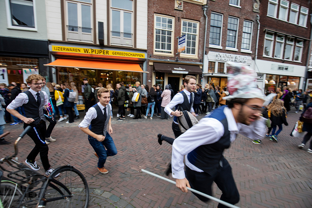 Nederland, Utrecht, 23-10-2018<br /> In Utrecht rent een groep studenten van een studievereniging door de stad.<br /> <br /> In Utrecht a group students of a society are running in the city center.<br /> Foto: Bas de Meijer / De Beeldunie