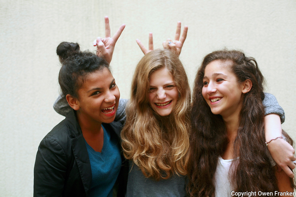 Manui, Rachel, Nadia -<br /> <br /> Three friends in Paris