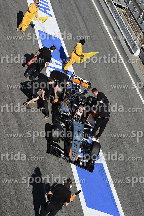 27.02.2015, Circuit de Catalunya, Barcelona, ESP, FIA, Formel 1, Testfahrten, Barcelona, Tag 2, im Bild Nico Hulkenberg (GER) Force India VJM08 and marshal with yellow flag // during the Formula One Testdrives, day two at the Circuit de Catalunya in Barcelona, Spain on 2015/02/27. EXPA Pictures &copy; 2015, PhotoCredit: EXPA/ Sutton Images/ Mark Images<br /> <br /> *****ATTENTION - for AUT, SLO, CRO, SRB, BIH, MAZ only*****