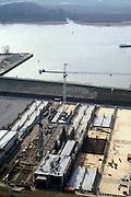 Nederland, Barendrecht, Oude Maas, 08-03-2002; in dit bouwdok worden de tunnel elementen van zowel de HSL tunnel onder de Oude Maas als de HSL tunnel onder de Dordtse Kil gebouwd; na het voltooien vd tunnel elementen wordt de dijk doorgraven waardoor het dok vol loopt en kunnen de drijvende elementen naar de respectievelijke lokaties gesleept worden. infrastructuur ruimtelijke ordening landschap;<br /> luchtfoto (toeslag), aerial photo (additional fee)<br /> foto /photo Siebe Swart