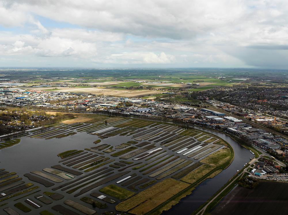 Nederland, Noord-Holland, Gemeente Langedijk, 16-04-2012; het Kanaal Alkmaar - Kolhorn scheidt bedrijventerrein Zandhorst (rechts) van landschapsreservaat Oosterdel. Dit gebied vormt een restant van het 'duizend eilandenrijk', voormalige veengronden ontstaan door ontwatering en afgraven van veen en in gebruik voor tuinbouw. Onderdeel van de Provinciale Ecologische Hoofdstructuur (EHS). Rechts Heerhugowaard..Landscape reserve Oosterdel (NW Netherlands) . This area is a remnant of thousand islands, former peatlands caused by drainage and excavation of peat and is used horticulturally. Part of the Provincial  Ecological Structure  (EHS).   luchtfoto (toeslag), aerial photo (additional fee required);.copyright foto/photo Siebe Swart