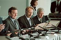 11 JUN 2001, BERLIN/GERMANY:<br /> Gerhard Schroeder (L), SPD, Bundeskanzler, Juergen Trittin (M), B90/Gruene, Bundesumweltminister, und Werner Mueller, Bundeswirtschaftsminister, waehrend der Unterzeichnung einer Vereinbarung zwischen der Bundesregierung und den Kernkraftwerksbetreibern zur geordneten Beendigung der Kernenergie, Bundeskanzleramt, Willy-Brand-Strasse<br /> IMAGE: 20010611-03/01-30<br /> KEYWORDS: Energiekonsens, Atomkonsens, Kernkraft, Kernenergie, Konsens, Energieversorgungsunternehmen, Unterschrift, Gerhard Schröder, Jürgen Trittin, Werner Müller