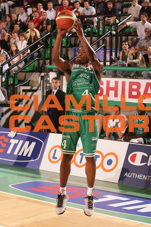 DESCRIZIONE : Treviso Campionato Lega A1 2006-2007 Supercoppa Benetton Treviso Eldo Napoli<br />GIOCATORE : Lyday <br />SQUADRA : Benetton Treviso<br />EVENTO : Campionato Lega A1 2006-2007 Supercoppa Benetton Treviso Eldo Napoli <br />GARA : Benetton Treviso Eldo Napoli <br />DATA : 01/10/2006 <br />CATEGORIA : Tiro<br />SPORT : Pallacanestro <br />AUTORE : Agenzia Ciamillo-Castoria/M.Marchi
