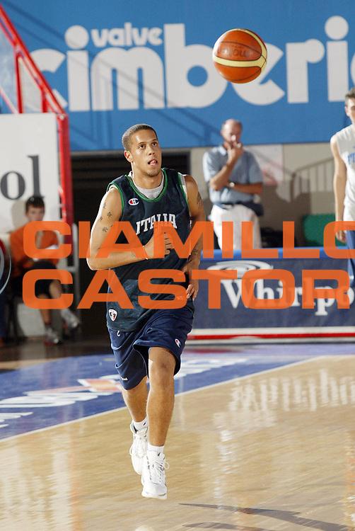 DESCRIZIONE : Varese Ritiro Nazionale Italiana Maschile Preparazione Eurobasket 2007 Allenamento <br /> GIOCATORE : Daniel Lorenzo Hackett<br /> SQUADRA : Nazionale Italia Uomini <br /> EVENTO : Varese Ritiro Nazionale Italiana Uomini Preparazione Eurobasket 2007 <br /> GARA : <br /> DATA : 17/08/2007 <br /> CATEGORIA : Palleggio<br /> SPORT : Pallacanestro <br /> AUTORE : Agenzia Ciamillo-Castoria/G.Cottini