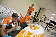 Leden van het Human Power Team Delft en Amsterdam werken aan de VeloX3, de fiets waarmee ze het record willen rijden. In Battle Mountain (Nevada) wordt ieder jaar de World Human Powered Speed Challenge gehouden. Tijdens deze wedstrijd wordt geprobeerd zo hard mogelijk te fietsen op pure menskracht. Ze halen snelheden tot 133 km/h. De deelnemers bestaan zowel uit teams van universiteiten als uit hobbyisten. Met de gestroomlijnde fietsen willen ze laten zien wat mogelijk is met menskracht. De speciale ligfietsen kunnen gezien worden als de Formule 1 van het fietsen. De kennis die wordt opgedaan wordt ook gebruikt om duurzaam vervoer verder te ontwikkelen.<br /> <br /> In Battle Mountain (Nevada) each year the World Human Powered Speed Challenge is held. During this race they try to ride on pure manpower as hard as possible. Speeds up to 133 km/h are reached. The participants consist of both teams from universities and from hobbyists. With the sleek bikes they want to show what is possible with human power. The special recumbent bicycles can be seen as the Formula 1 of the bicycle. The knowledge gained is also used to develop sustainable transport.