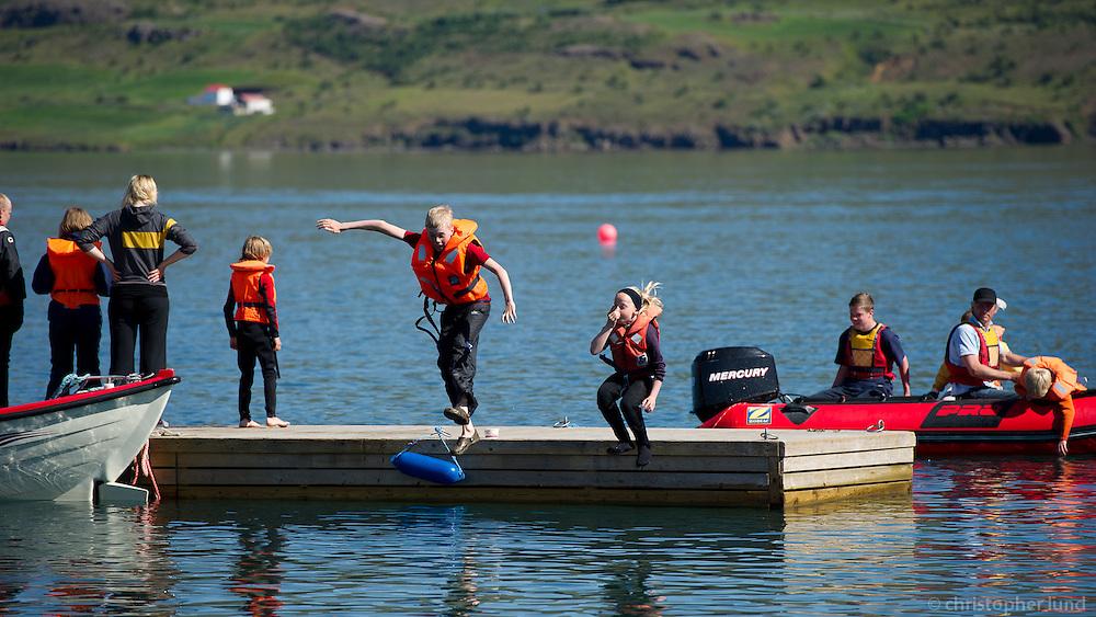 Baldvin Snær og Arndís henda sér út í sjó.