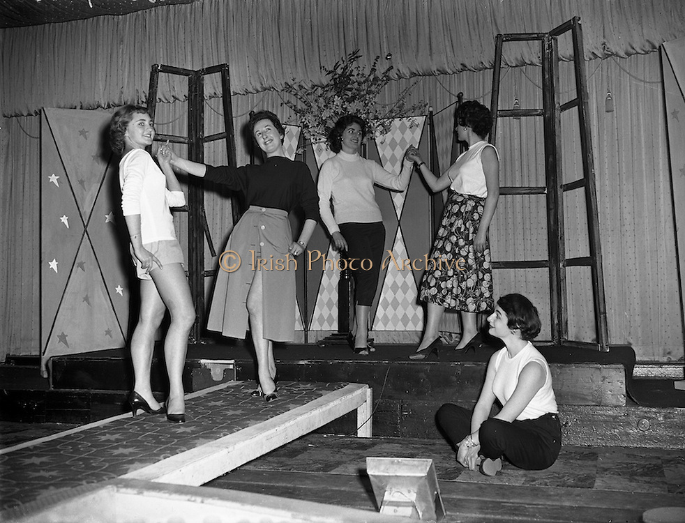 26/03/1957<br /> 03/26/1957<br /> 26 March 1957<br /> Fashion Show: &quot;Frock Around the Clock&quot; at the Gresham Hotel, Dublin. Group of posed models.