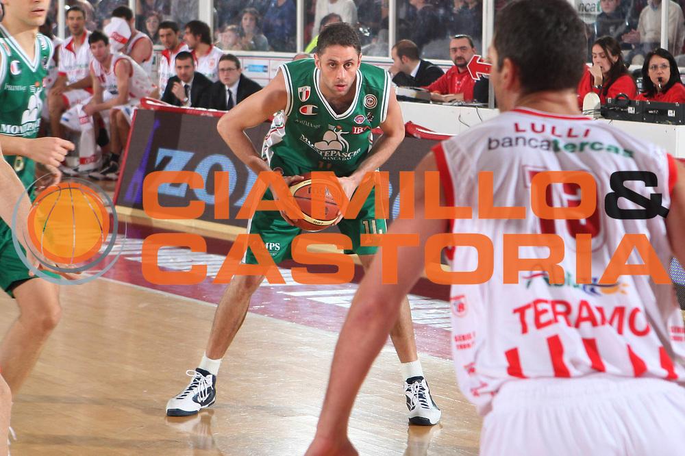 DESCRIZIONE : Teramo Lega A 2009-10 Bancatercas Teramo Montepaschi Siena<br /> GIOCATORE : Tomas Ress<br /> SQUADRA : Montepaschi Siena<br /> EVENTO : Campionato Lega A 2009-2010 <br /> GARA : Bancatercas Teramo Montepaschi Siena<br /> DATA : 14/02/2010<br /> CATEGORIA : Palleggio<br /> SPORT : Pallacanestro <br /> AUTORE : Agenzia Ciamillo-Castoria/GiulioCiamillo<br /> Galleria : Lega Basket A 2009-2010 <br /> Fotonotizia : Teramo Campionato Italiano Lega A 2009-2010 Bancatercas Teramo Montepaschi Siena<br /> Predefinita :